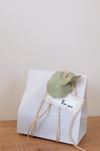 ドライにしたユーカリはパンチで穴をあけて、ラッピングに華を添えています。くるんと跳ねるナチュラルな葉っぱに心が癒されます。