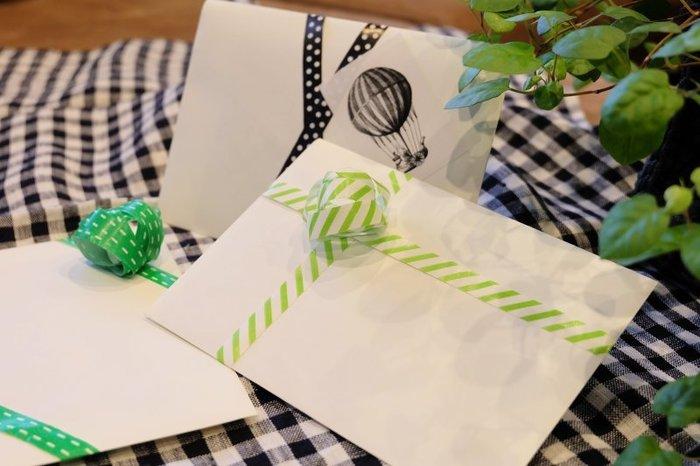 IKEAのギフトリボンをくるりと立体的に丸めて、封筒にプラスしました。写真やお手紙などを渡すときに、簡単にできるアレンジです。