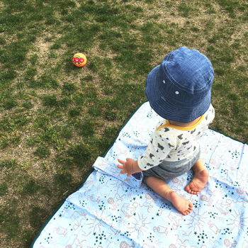 ボール投げや三輪車に乗るなど、広い公園ですので自由自在に動き回れます。 小さな子供たちの遊び場としても好評です。