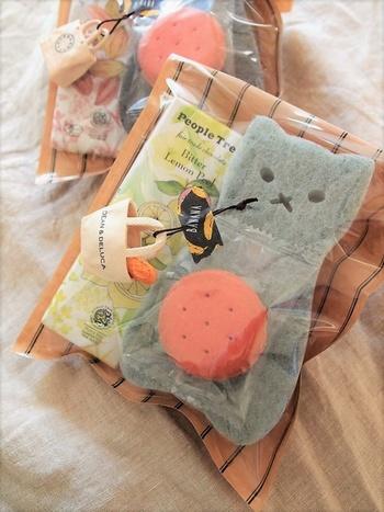 サンリオギフトのおまけのようにつけられたディーン&デルーカの小さなマグネットのバッグ。プチギフトのおまけに心がほっこりと温まります。