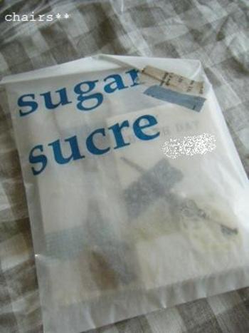 袋になったグラシン紙はささっと渡したいプチギフトにぴったり。袋の口を折り返して、マステでラフに留めたら完成です。