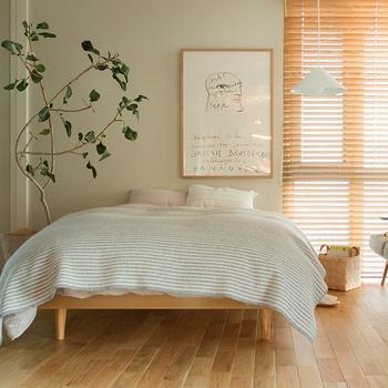 ベランダへ続くガラスドアの横にベッドを置くとすっきり。一人暮らしのお部屋の家具は必要最小限に、同じテイストのものでシンプルにまとめると気持ちが良いですね。ナチュラルで清潔感のあるお部屋には、木目調の家具と明るい色のリネンが一番です。