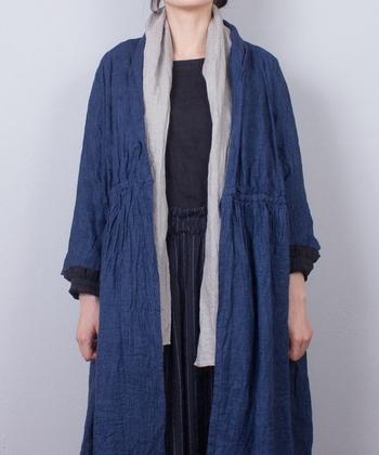 ドビー織りのリネンは適度なシャリ感があり、エレガントに使うことができる素敵なアイテムです。糸の芯まであえて染めない手法をとっているので、独特の色むらがあります。