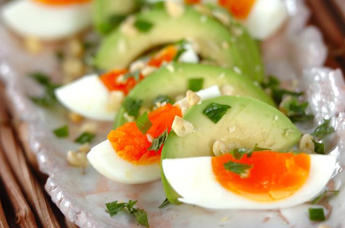 卵とアボカド、定番のコンビネーションですが、3日間、塩麹に漬けた半熟卵、散らした松の実のコクで、ドレッシング要らず。