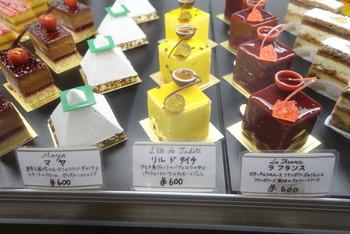 日本フランス菓子界の草分け的存在の河田氏が創り出すスイーツが提供され「フランス菓子の博物館」のようです。シンプルなデザインでありながら、洗練されたフォルムのケーキは、どれを選ぶか迷ってしまいますね。
