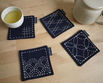 シンプルな無地のはぎれコースターは、さしこで作ると素敵です。同じはぎれでも、縫い目次第でどんどんバリエーションを増やせますね。こちらは青いリネンの布地とさしこ使いが夏にぴったりです!