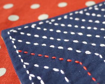 さしこの糸を好きな色にしてみるのも方法。ターコイズの色が好きな人へのプレゼント用に作られた逸品。