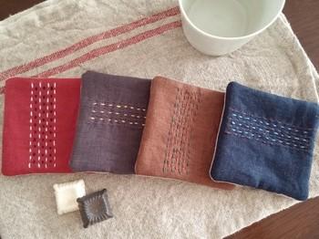 単純なさしこの模様でも縫い目を互い違いにしたり、刺し子糸だけでなく、リネン糸、刺繍糸など数種類をミックスして使うことで、こんなに可愛いニュアンスに♪さらに、薄めの綿をはさんで、ふっくらやわらかく仕上げています。