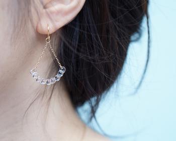 こちらはガラスのネックレスと同じシリーズのピアス。華奢なチェーンと繊細なガラスの粒が、動くたびに優しく耳元で揺れます。