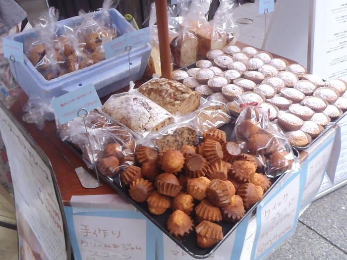 建物前のスペースでは、手づくりの焼き菓子やパンが販売されています。