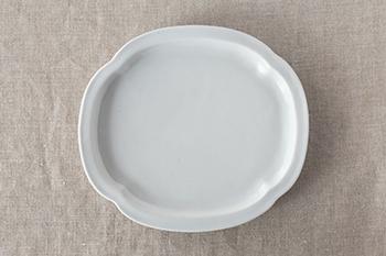 鍔型皿(つばがたさら)は刀のつばに見立てた形と細く立ち上がった縁が特徴です。縁は浅く、平らな部分が広いので、プレート皿としておかずやお菓子を取り分けるのにも重宝します。
