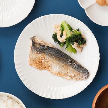 全体に中心に向かって筋目のついた「内しのぎ皿」は同じ白一色のお皿でも、他とは違った雰囲気が楽しめます。