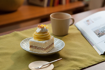 大き目の5.5寸にはメインのお料理など、小さめの4.5寸はケーキを乗せても可愛いですね♪ 筋目の陰影で角度によって印象が変わり、色々な使い方を試したくなってしまいます。
