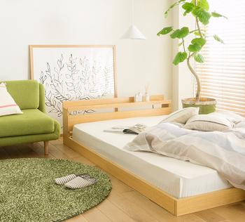 ソファとベッドを近くに置けば、くつろぐ時も快適ですし友達が来た時も楽しそうですね。