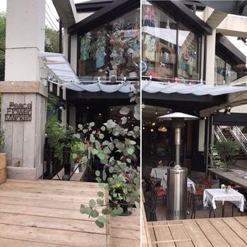 エントランスからグリーンに囲まれた、開放感ある「ピースフラワーマーケット&カフェ」は、お花屋さんとカフェがひとつになったコンセプトショップ。