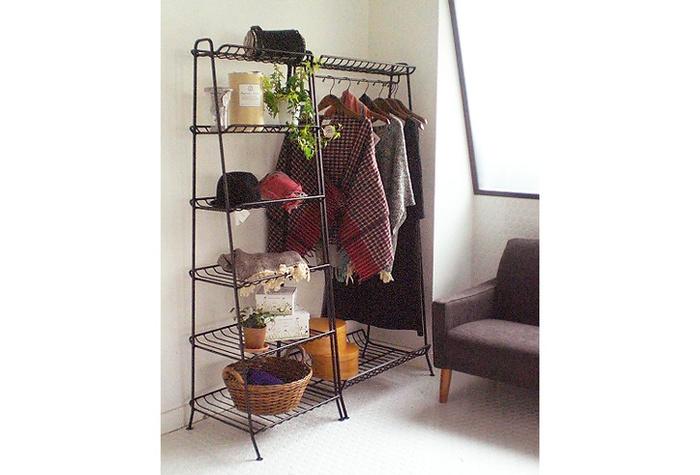 収納やディスプレイにはシンプルな家具を。フロアスペースを取らないワイドハンガーやスリムなシェルフは、圧迫感がないのに高さを出せるのでお部屋にメリハリを作ってくれます。