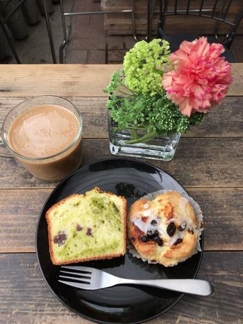 テーブルごとにアレンジメントが飾られているので、美味しいコーヒーや人気の焼き菓子と一緒に、季節の彩りを愉しむことができますね。
