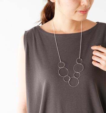 大小のリングを繋げたデザインのネックレスは、シンプルながらも洗練された印象です。