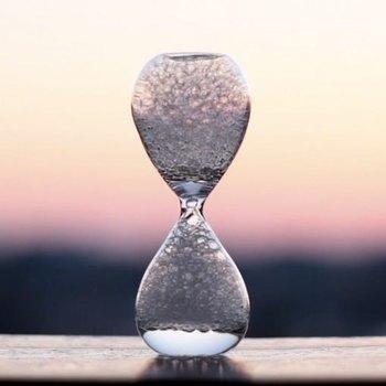 その名も「泡時計」。ぽこぽこと1粒ずつ上に上がっていく泡は、時間を忘れさせてくれるし、無の時間という癒しを与えてくれます。  暑くて暑くて出口が見つからない...そんな日は、こんな涼の取り方がぴったりかもしれない。