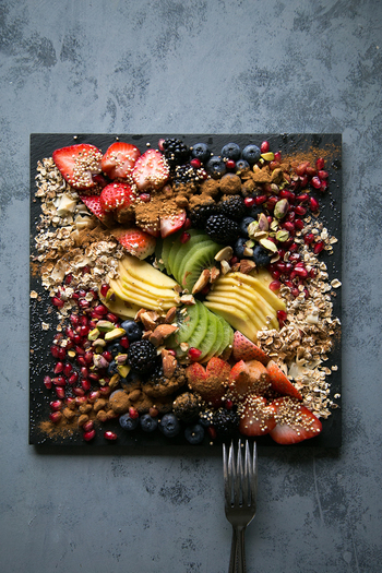 加熱をすることによって失われてしまう酵素やビタミン、ミネラル。 生で食べることによってそれらの栄養素を効率的に摂取することができます。  現代の主な食事である加工食品を多く摂ると体内の「消化酵素」を使う必要があり、それにより代謝が落ちてしまう原因になります。  それに対し生の食材を食べると「消化酵素」をあまり必要とせず「代謝酵素」が働くため、体内で代謝が盛んに行われます。