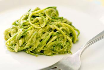 夏といえばズッキーニ! ズッキーニをパスタ状にスライスして作るとってもヘルシーなこちらのレシピ。 ジェノベーゼ和えで、まるでカフェメニューのように仕上がります。