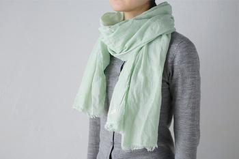 ガーゼ素材の肌触りの良さを実感できる、新潟県の「ao(アオ)」の綿100%ストール。