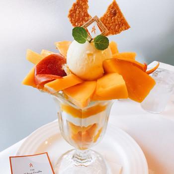 併設のパーラーでは、季節のフルーツを使ったパフェやフルーツサンドなどが楽しめます。こちらは「大人のマンゴーパフェ」、宮崎県産マンゴーを使っています。