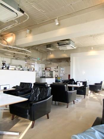 白を基調とした店内に、黒のアクセントをきかせたスタイリッシュな空間で、まったりくつろげます。 2階の「D&DEPARTMEN」にも是非、寄って頂きたいですね。