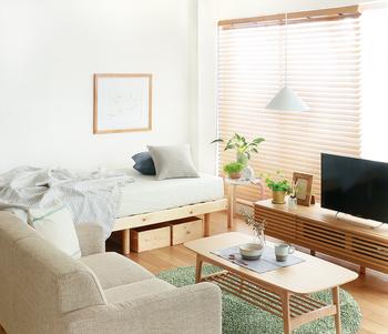 横幅のあるタイプの1Kのお部屋。窓からしっかり光が入りお部屋が広く感じられますが、意外とレイアウトが難しいもの。ソファやテーブルなどは隣に配置し、寝室スペースとリビングスペースを分けることで過ごしやすいお部屋に♪
