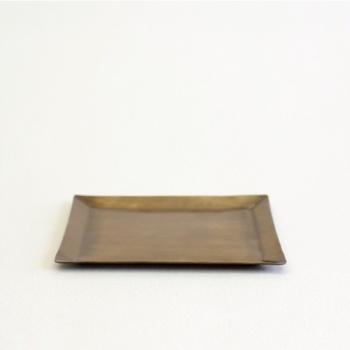 アクセサリーや散らばりがちな小物をまとめるのに役立つ小皿。