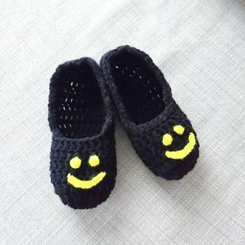 靴下カバーが完成したらもうひと手間加えて、さらに可愛くアレンジしてみましょう♪たとえばこちらのように、おしゃれな刺繍風のデザインにも挑戦してみませんか?かぎ針で毛糸を引き抜いて、ステッチを一つずつ編むだけなのでとっても簡単。好きなデザインを自由に描いてみましょう!