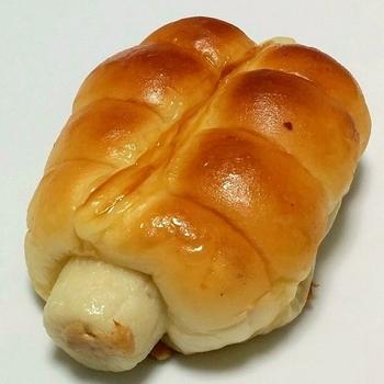 こちらが人気NO.1商品の「ちくわパン」です。 プリッとちくわ、もちっとパン、しっとりツナサラダ、アクセントのマヨネーズが美味しい惣菜パンです。 メディアなどでも取り上げられたこちらのパン、お話のタネにおひとついかがでしょうか?