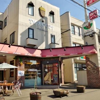 札幌を中心に北海道に7店舗。ちくわパン発祥のお店として有名な焼きたてパンの店「DONGURI(どんぐり)」です。