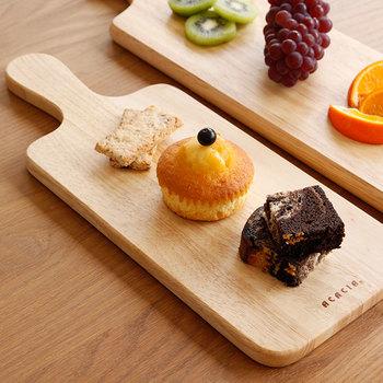 小さなサイズのカッティングボードなら、お皿代わりにスイーツをぽんぽんとのせるだけで特別感のある見映えになります。ゆったり過ごしたいお茶の時間や、ちょっとしたおもてなしにぴったりですね。