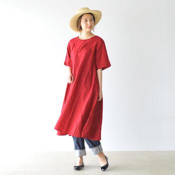 暑い夏の日には、なるべく涼しく快適なファッションを心掛けたいもの。通気性・吸湿性バツグンな天然素材のリネンのアイテムで夏のおしゃれを楽しんでみませんか?