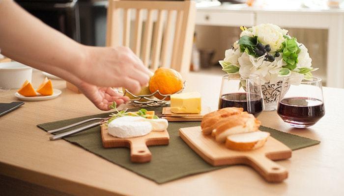 カッティングボードのいいところは、パンやチーズ、フルーツなどをカットして、そのまま食卓に出せてしまう手軽さです。しかもそれがかえっておしゃれに見えてしまうというありがたさ。みんなでいろいろなものをつまみたい、パーティーのテーブルコーディネートにも重宝します。
