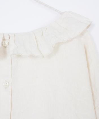 ボートネックの首元に共地のフリル衿が品良くあしらわれています。リネンだから不思議と甘くなりすぎないですね。