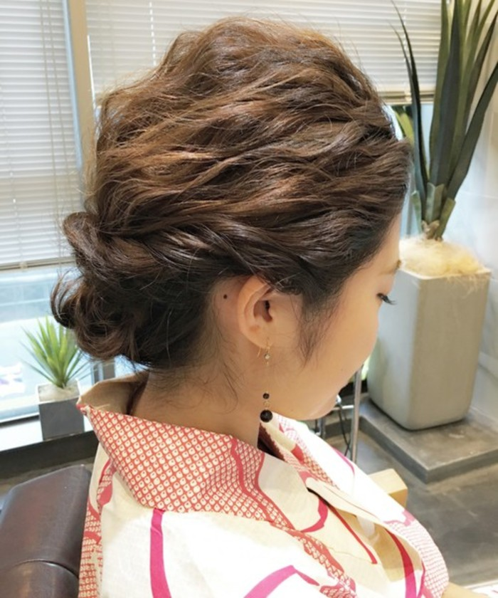 こちらはあらかじめ髪を巻いてから作るウェーブシニヨンアレンジです。 両サイドの髪の毛を残し一つに結んでくるりんぱ、両サイドをねじりながら一つにまとめくるりんぱに入れ込んで、残りの髪の毛をすべてまとめれば完成!
