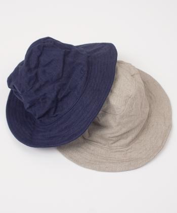 リネンの帆布でつくられた「nest Robe」のハット。リネンならではのハリ・コシがあり、丈夫な素材。夏には欠かせないアイテムですね。