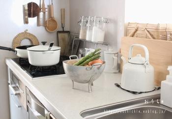 いつも立つ場所だから、なるべくすっきりと居心地の良い空間にしたいのが台所。千恵さんは、よく使うものは出しっぱなしにすることによって作業の効率を良くしたり、お子さんにもお手伝いしてもらいやすくしているそうです。