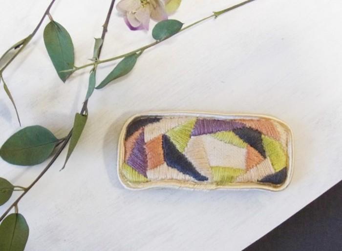 折り紙が重なったような刺繍が和を感じさせるヘアクリップ。 大人っぽく優しい色合いが素敵です。