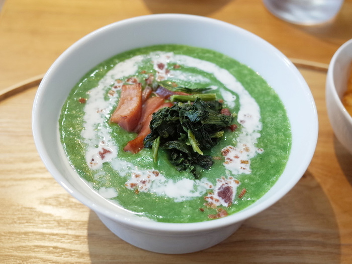 1番人気のお粥が、クリーミーなほうれん草粥です。とろとろのお粥に、カリカリ肉厚なベーコンをトッピングしています。ビタミン・鉄分が豊富なお粥を朝から食べれば、1日を元気にスタートできそうです。
