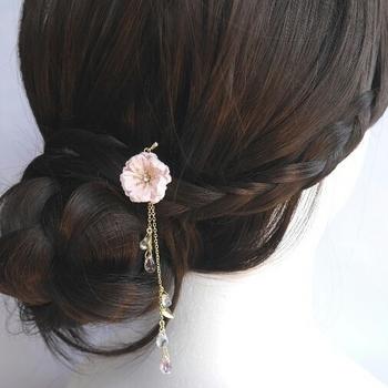 つまみ細工の桜の花をあしらったヘアピンです。 かんざしのようにまとめ髪に使っても可愛いですね。