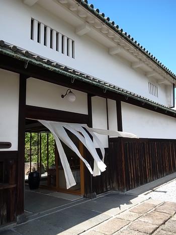 近鉄奈良線の富雄駅から約10分ほど歩いた住宅街にある「みやけ」。元は大阪にあった鴻池善右衛門家の今橋本邸を移築した建物で、江戸時代の町家建築の姿をそのまま残しています。
