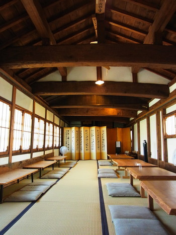 2階は天井に巨木から作られたであろう立派な梁が渡るお座敷。凛とした空気が漂います。