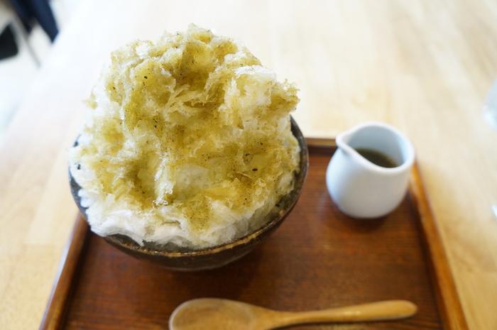 おちゃのこオリジナルメニュー「擂茶(れいちゃ)氷」。擂茶は、中国発祥のお茶で20数種類もの雑穀や豆、緑茶等を乾燥・粉末にしたものです。  きな粉の甘さがやさしいかき氷です。