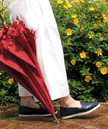 きちんとキレイ目な大人のローファーデザイン。足の甲部分もすっぽり包んで雨の侵入を防いでくれます。