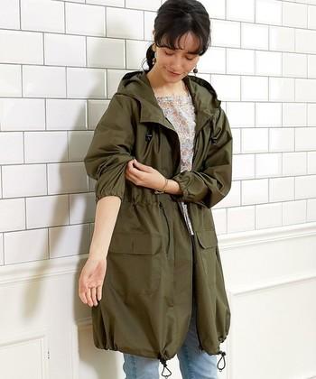 「W.P.C」のモッズコート型レインコート。ウエストと裾についた調節ヒモでシルエットを変えることができます。