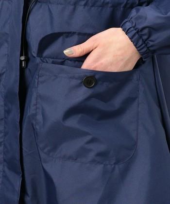 袖にもゴムが入っているので雨が入りにくく、袖の長さ調整もしやすい。大きなポケットにはカギやミニタオルを入れて。