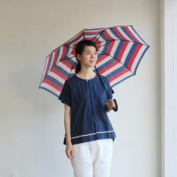 赤・青・白の鮮やかな配色のボーダー柄がパッと目を惹く「Danke(ダンケ)」の長傘。暗い気持ちになりがちな雨の日も明るい気分になりそうですね。